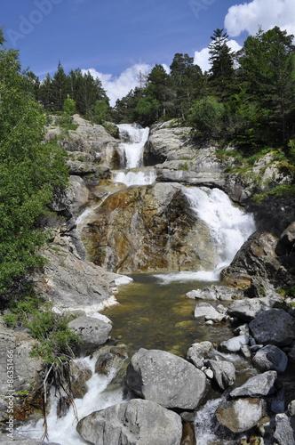 Fototapeten Forest river cascada en la montaña del Pirineo