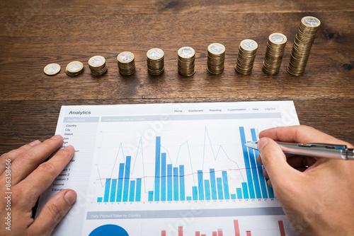 Fotomural Businessman Analyzing Financial Graph