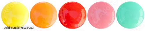 Fotografie, Obraz boutons magnétiques bonbons acidulés sur fond blanc