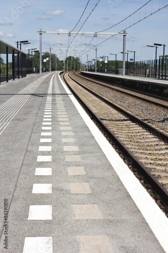 Cuadros en Lienzo  menschenleerer Bahnsteig