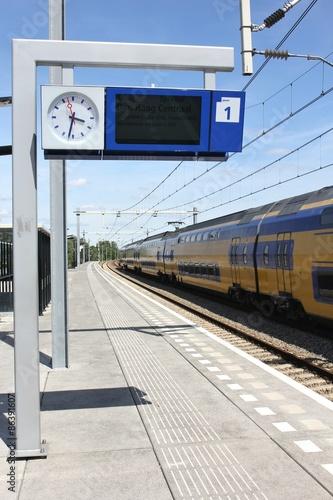 Cuadros en Lienzo Bahnsteig mit Anzeigetafel