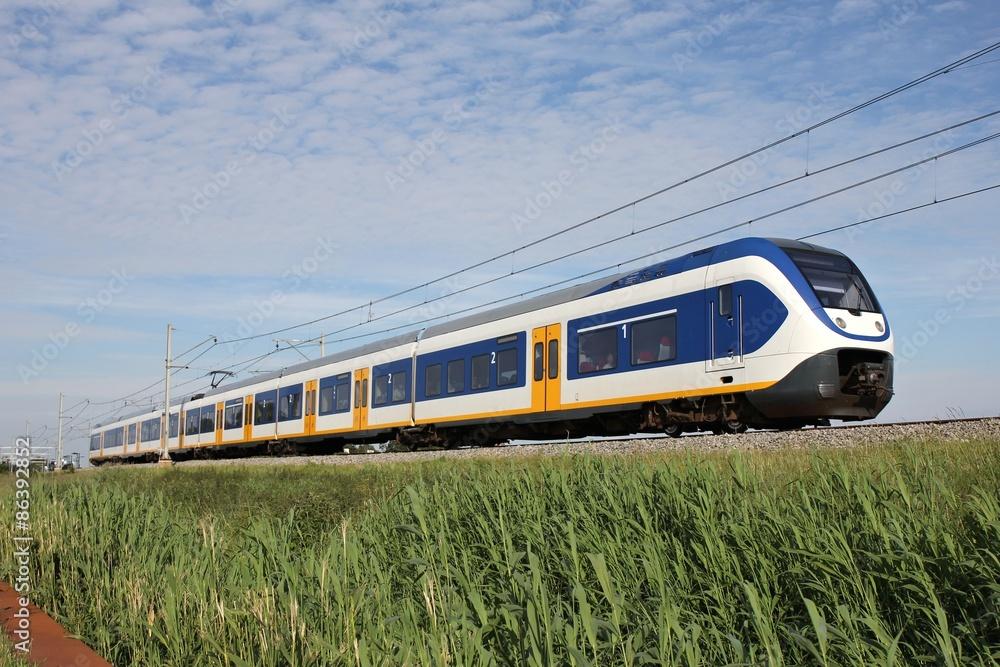 Fotografía Regionalzug auf einem Bahndamm