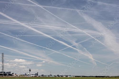 Photo Kondensstreifen am Himmel über dem Flughafen Amsterdam-Schiphol