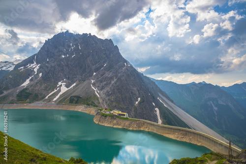 Foto op Plexiglas Caraïben Le Lac Lüner avec montagnes et refuge