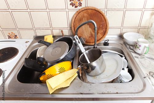 Valokuva  Spüle mit dreckigem Geschirr und Lappen in alter Küche