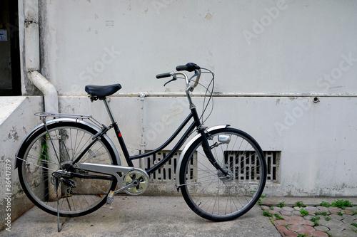 Foto op Plexiglas Fiets Old black bicycle in vintage style