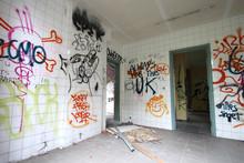 Grafitis  / Intérieur De Maison Abandonnée (Doal - Belgique)