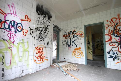 Grafitis  / Intérieur de maison abandonnée (Doal - Belgique) © Brad Pict