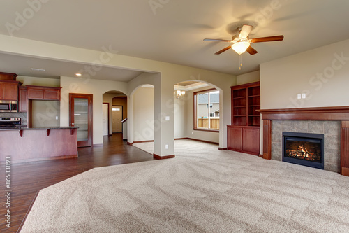 Photo Lovely unfurnished living room with carpet.