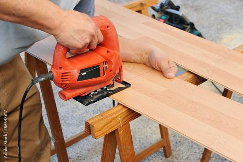 Photo Carpintero trabajando con la sierra caladora