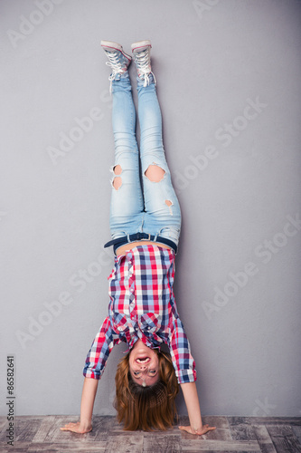 Fotografia Woman standing upside down