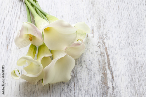 Cuadros en Lienzo Towels and bouquet of white calla flowers