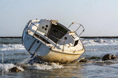 Deurstickers Schipbreuk épave d'un voilier échoué sur la plage