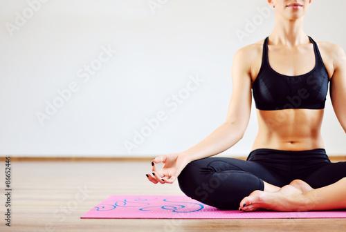 Obraz na plátně  Mladá žena, která dělá jógy v interiéru