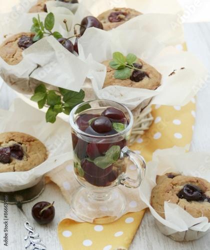 Fotografía  muffiny z czereśniami i napój czereśniowy