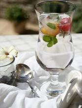 Woda Mineralna Z Lodem I Owocami