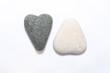 zwei Herzen aus Stein in schwarz und weiß