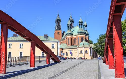 Poznań - Gotycka katedra na Ostrowie Tumskim widziana z mostu Biskupa Jordana