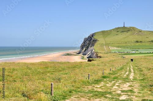 Foto auf Gartenposter Himmelblau Vue sur les falaises blanches du cap Blanc Nez depuis le sentier côtier