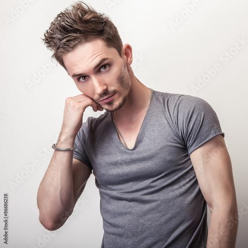 portret-przystojny-mlodzieniec-w-szary-t-shirt