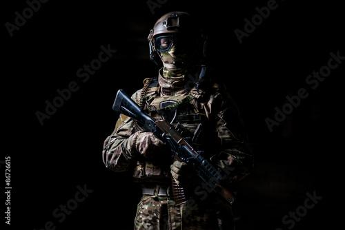 Fotografía  Soldado de camuflaje ametralladora bodega