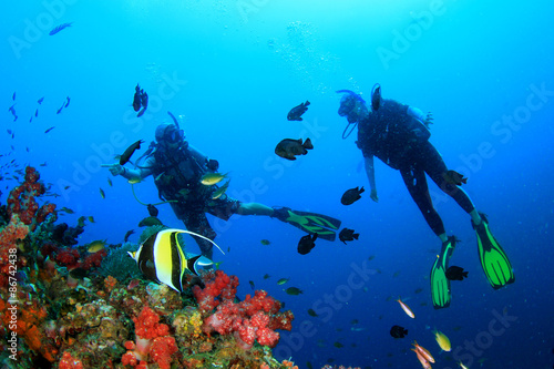 La pose en embrasure Plongée Scuba diving on coral reef underwater with fish