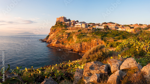 Fotografía  Panorama of Capraia city on the rock of Isola di Capraia island
