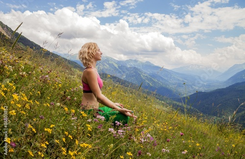 Canvas Print Woman meditating in mountains