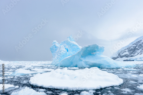 La pose en embrasure Antarctique Icebergs in Antarctica