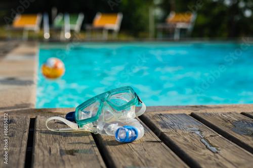 Fotografie, Obraz  Maschera, boccaglio e pallone in piscina