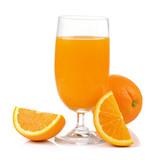 Sok z pomarańczy i pomarańcze na białym tle