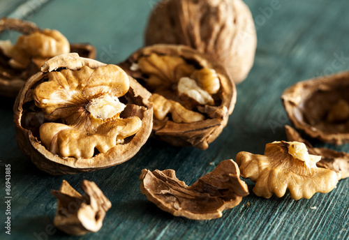 Fotomural  Walnuts on wooden table