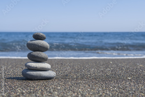 Photo sur Plexiglas Zen pierres a sable Balance stones on the beach. Selective focus