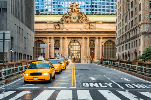Tuinposter New York TAXI Grand Central Terminal as seen from the Park Avenue viaduct