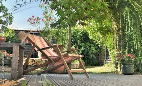 Aluminium Prints Garden chaise longue dans jardin sur terrasse en bois