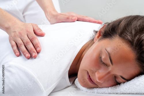 Photo  Reiki therapist doing treatment on woman.