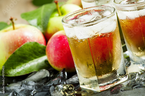 Foto Cool refreshing apple juice with ice and fruit, selective focus