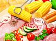 Grillfleisch mit Salat und Mais