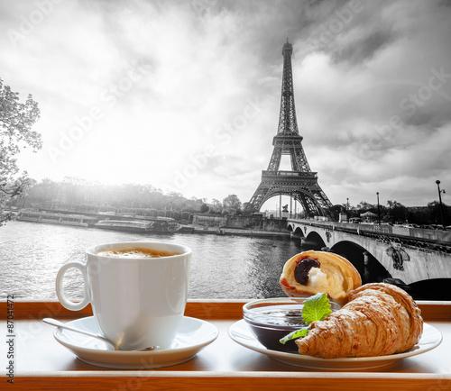 kawa-z-rogalikami-przeciw-wiezy-eiffla-w-paryz-francja