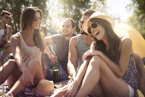 Group of friends talking and laughing on the beach Tablou Canvas
