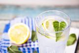 Szklanka wody z miętą i cytryną