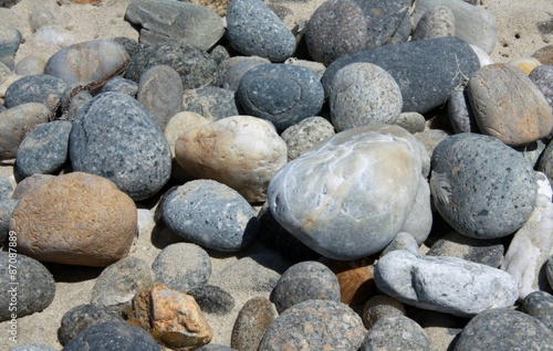 Steine am Strand in Nahaufnahme #87087889