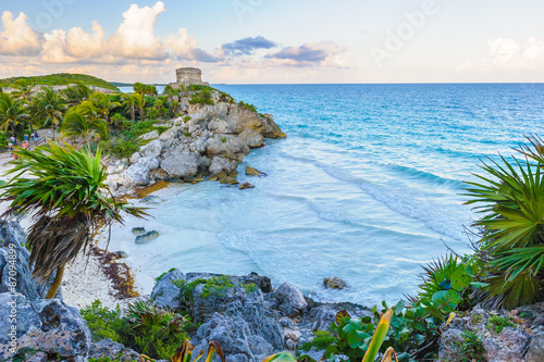 Foto auf Leinwand Mexiko Mayan castle, God of Winds Temple, on the rock over the ocean in Tulum, Yucatan, Mexico