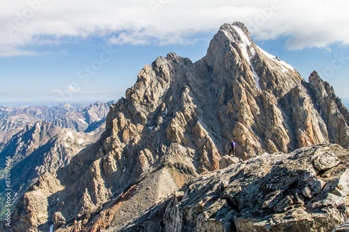 Photo  hiker in jagged granite peaks