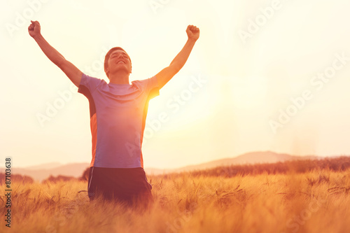 Obraz Junger Mann jubelnd nach Jogging - fototapety do salonu