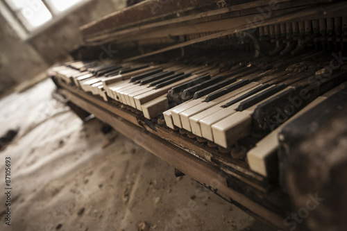 Chernobyl - close-up of an old piano Fototapet