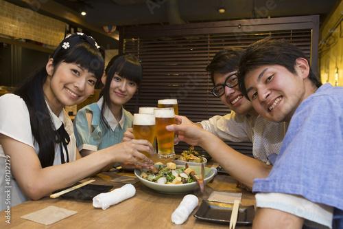 Fotografía  飲み会を楽しむ若者たち