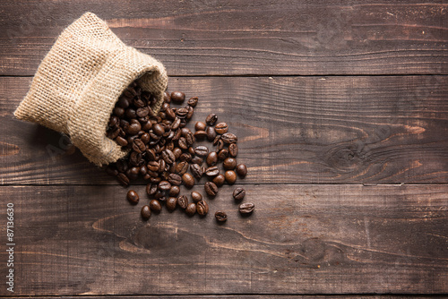 Tuinposter koffiebar coffee beans on wooden background and empty space