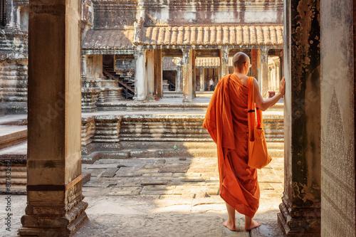 Fotografie, Obraz Buddhist monk exploring courtyards of Angkor Wat, Siem Reap