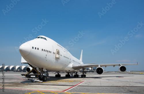 Foto op Aluminium Luchthaven Airplane near the terminal in an airport